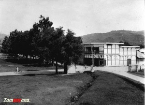 Alun-Alun atau lapangan utama Kota Ambon di tahun 1924. Kini lokasinya bernama Lapangan Merdeka d