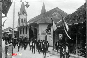 Jemaat Kristen Protestan Kota Ambon usai beribadah minggu di Gereja Protestan pada tahun 1923.