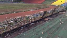 Sampah sisa acara Pesparawi 2015 yang masih bertebaran di Stadion Mandala Remaja, Jumat siang (11/12/2015). FOTO oleh Vonny L