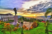 Monumen Martha Christina Tiahahu di Karang Panjang, dengan pemandangan suset Kota Ambon. FOTO oleh orbionphotoworks.wordpress.com