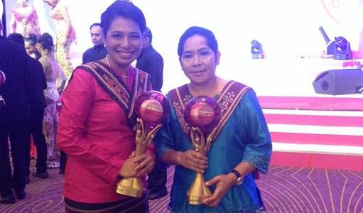 Dua wanita Maluku Baihajar Tualeka (kanan) dan Elsye Syauta (kiri) terpilih sebagai Wanita Inspiratif 2015 versi Tupperware SheCAN! Award 2015. foto oleh saswaty matakena