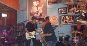 Nicky Manuputty dalam salah satu penampilan bersama bandnya di  Sibu-Sibu Cafe Ambon. foto oleh febby kaihatu-