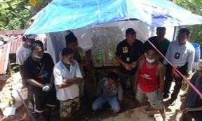 Tim forensik Polda Maluku memantau langsung proses pembongkaran makam Yanes Balubun