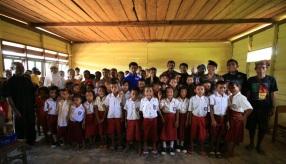 Wajah ceria anak-anak SD Negeri Ukalahin setelah menerima bantuan yang berasal dari sejumlah pemerhati pendidikan di Ambon.(foto: ist)