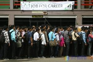 Para pencari kerja mengantri dalam salah satu event Job Fair. foto satuharapan.com