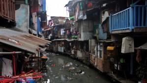 Salah satu sisi lain Kota Ambon yang diwarnai rumah kumuh. Foto oleh beritasatu.com