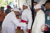 Danlantamal IX Ambon, Laksamana Pertama TNI. Nur Singgih Prihartono menerima gelar adat dari masyarakat Pelauw di Pulau Haruku, Maluku Tengah, Sabtu (24/9) (antara/Jimmy Ayal)