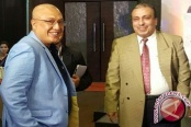"""Bupati Buru Selatan Tagop S Soulisa (kiri) berbincang dengan pengusaha India pada """"Indonesia Expose 2016"""" di New Delhi India, Sabtu, 8 Oktober 2016. (istimewa) (antaranews)"""