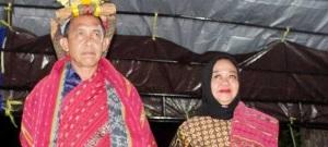 Gubernur Maluku Said Assagaff saat menerima gelar adat di Maluku Barat Daya. (foto: jimmy ayal)