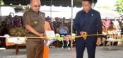 Bupati Anderias Rentanubun dan Ketua DPRD Maluku Tenggara Thedy Welerubun meresmikan Pasar Higienis Langgur dengan pengguntingan pita di pintu masuk pasar tersebut, Sabtu (15/10) (A.S SETA Topotubun)